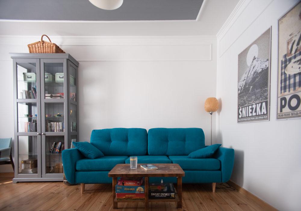 sofa mazzini sofas bonami, ikea liatorp witrynka szara i plakaty Ryszarda Kai