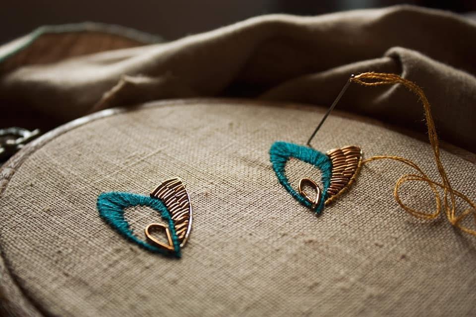 prezenty handmade - haftowana biżuteria